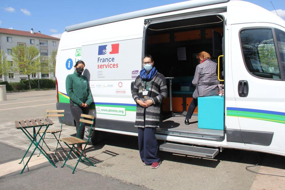Vue sur le Bus France Service, de l'association PIMMS